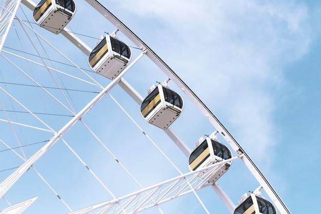Riesenrad gegen am blauen himmel. Premium Fotos