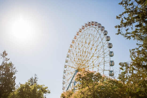 Riesenrad gegen den himmel Premium Fotos
