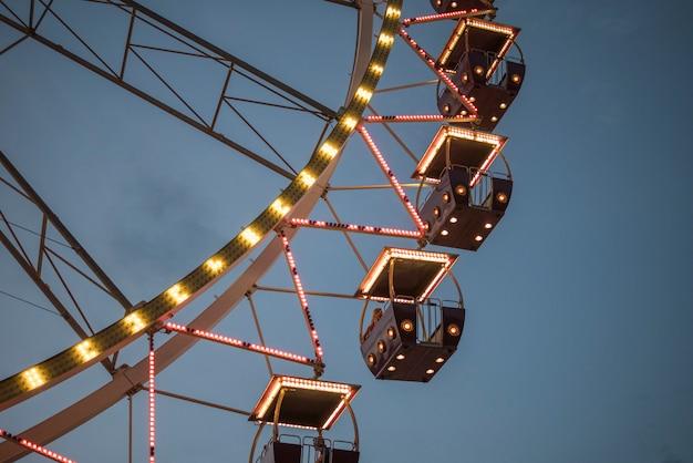 Riesenrad in einem nachtpark. unterhaltung im park Premium Fotos