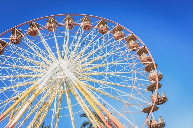 Riesenrad in einem vergnügungspark am sommer Premium Fotos