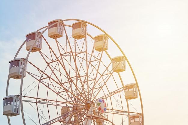 Riesenradkarussell über himmel mit sonnenlicht Premium Fotos