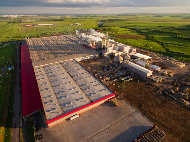 Riesige betonfabrik mit rohren zwischen den feldern. luftaufnahme Premium Fotos