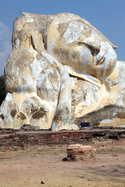 Riesige liegende buddha-ruine Premium Fotos