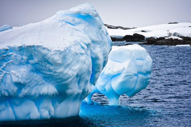 Riesiger eisberg in der antarktis Premium Fotos
