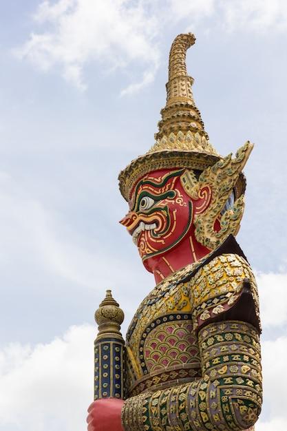 Riesiger stand in wat phra kaew, bangkok, thailand Premium Fotos
