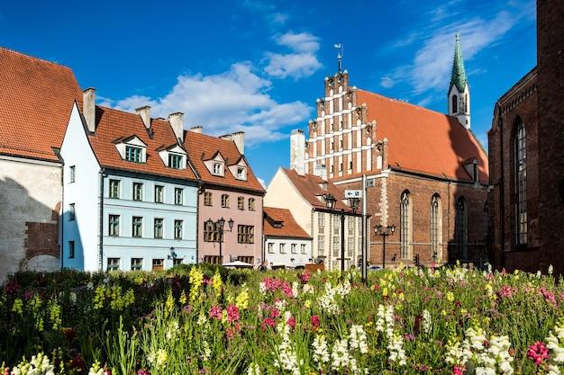 Riga, lettland - juli 2017: traditionelle architektur der alten stadt riga in lettland Premium Fotos