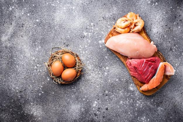 Rind- und hühnerfleisch, fisch und garnelen. Premium Fotos