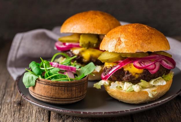 Rindfleisch-burger von vorne mit gurken auf schneidebrett Kostenlose Fotos