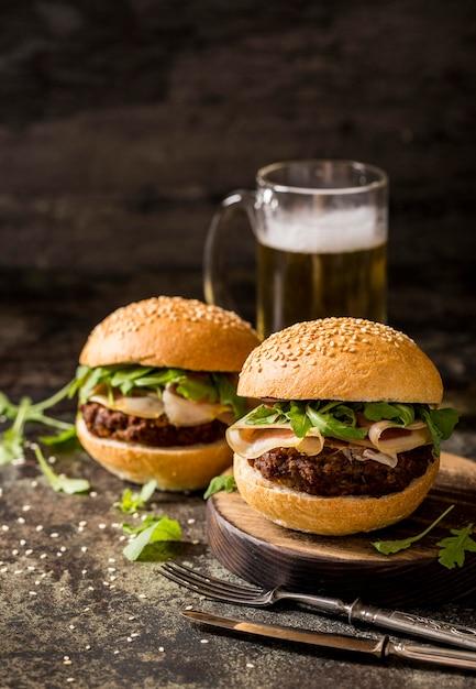 Rindfleisch-burger von vorne mit speck und bier Kostenlose Fotos