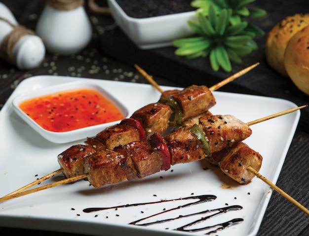 Rindfleisch-schaschlik mit scharfer chili-sauce. Kostenlose Fotos