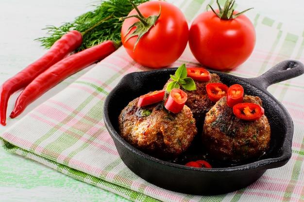 Rindfleischbällchen mit chili-pfeffer in der pfanne serviert Premium Fotos