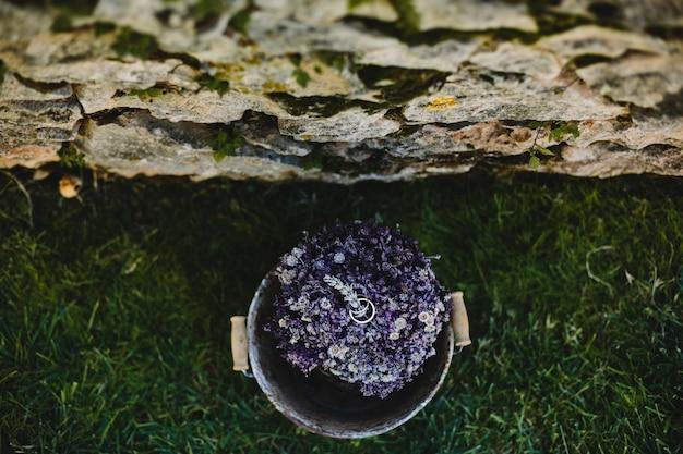 Ringe Der Goldenen Hochzeit Liegen Auf Dem Blumenstrauß Des