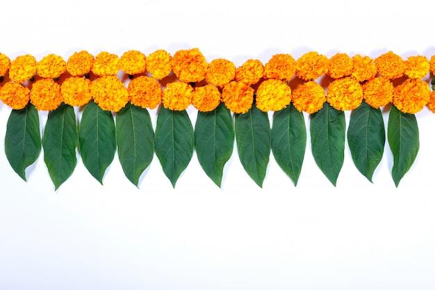 Ringelblume-blume rangoli entwurf für diwali festival, indische festivalblumendekoration Premium Fotos