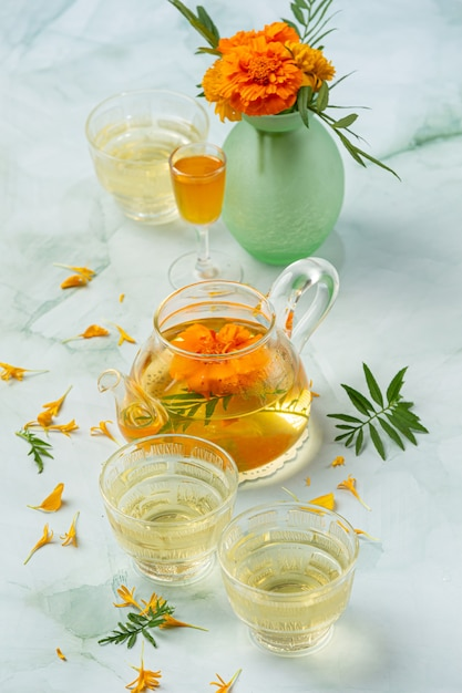 Ringelblume, zitrone, honig kräutertee behandlung konzept. Kostenlose Fotos