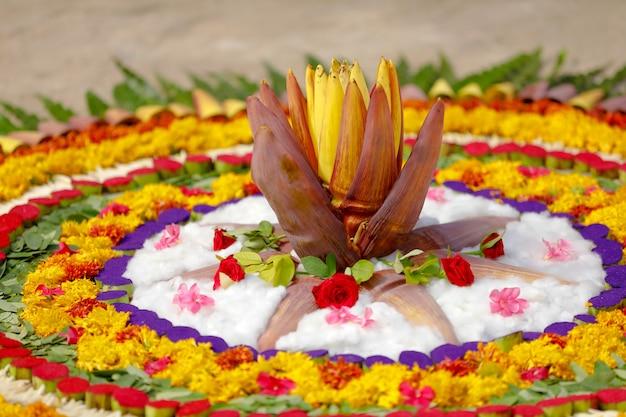Ringelblumen-blume rangoli entwurf für diwali festival, indische festivalblumendekoration Premium Fotos