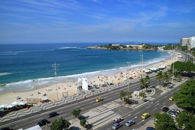 Rio de janeiro, brasilien, 24. mai 2018: eindrucksvolle luftaufnahme des copacabana beach Premium Fotos
