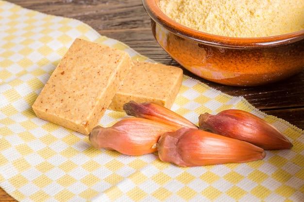 Ritzel, traditionelles brasilianisches essen, samen der auraucaria Premium Fotos