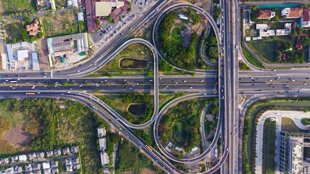 Road of expressway draufsicht, straßenverkehr eine wichtige infrastruktur Premium Fotos
