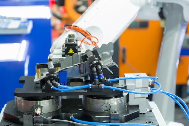 Roboterarm arbeitet Premium Fotos