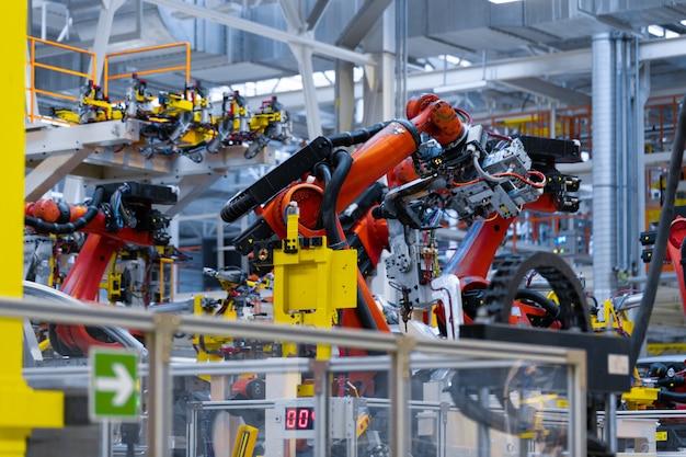 Roboterarm hält das detail des autos. Premium Fotos