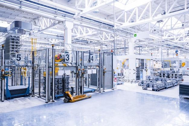 Roboterarme in einer autofabrik Premium Fotos