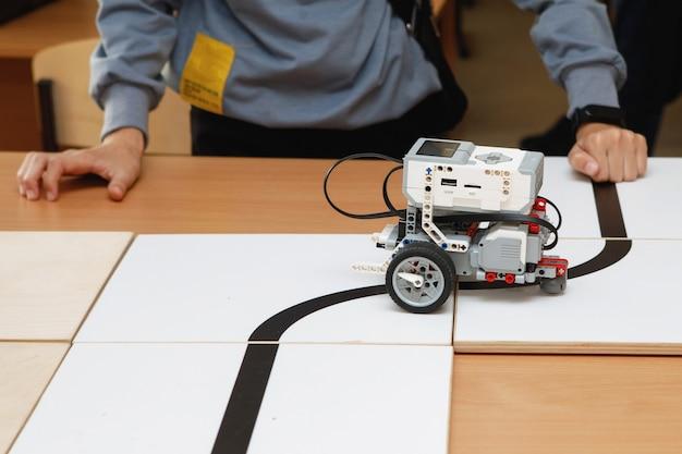 Roboterkonstrukteure aus blöcken auf rädern Premium Fotos