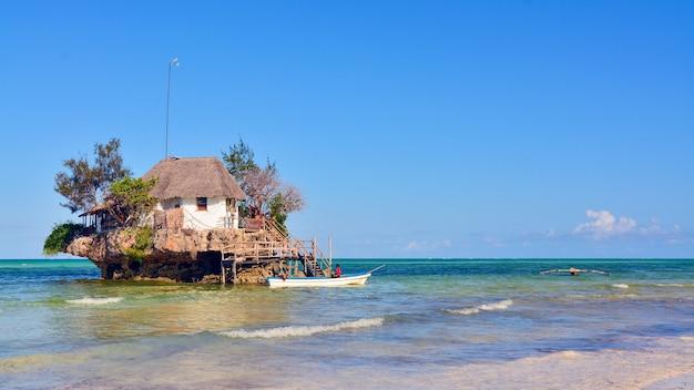 Rock restaurant über dem meer in sansibar, tansania, afrika. Premium Fotos