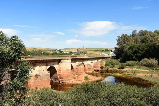 Römische brücke und rio tinto in niebla-dorf, huelva-provinz, andalusien, spanien Premium Fotos