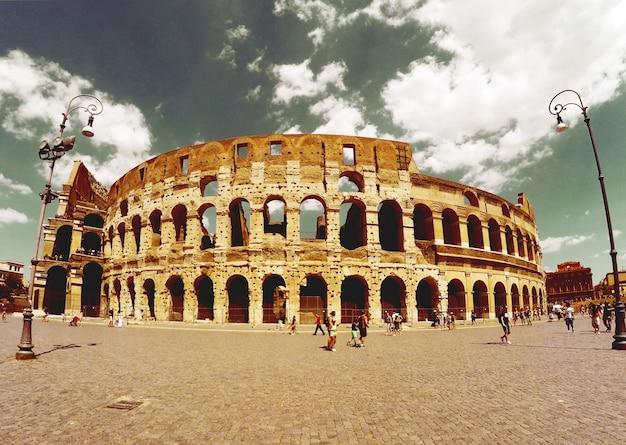 Römischen kolosseum aus der ferne gesehen Kostenlose Fotos