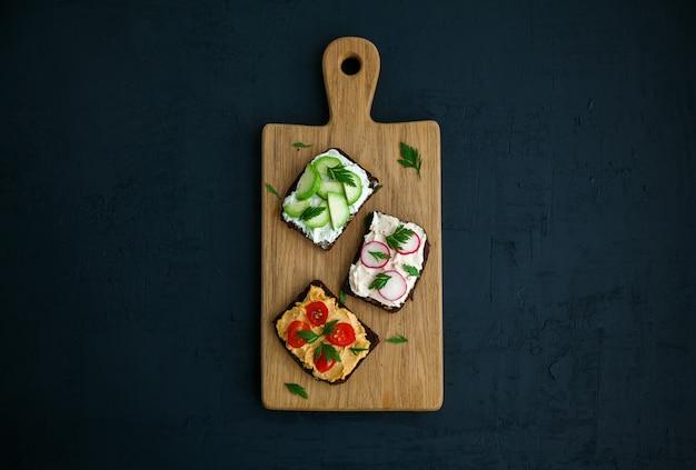 Roggenbrot toast auf einem holzbrett Premium Fotos