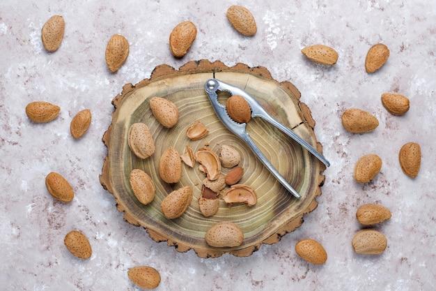 Rohe frische mandeln mit schale. Kostenlose Fotos