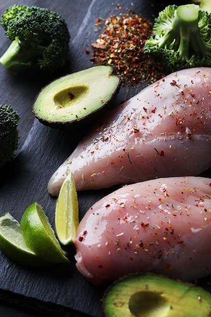 Rohe hähnchenbrust mit gemüse Kostenlose Fotos