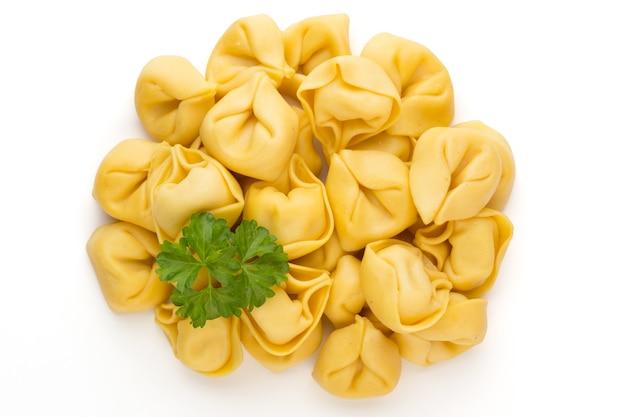 Rohe hausgemachte pasta, tortellini mit kräutern. Premium Fotos