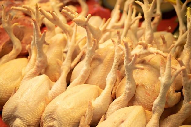 Rohe hühner im frischmarkt Premium Fotos