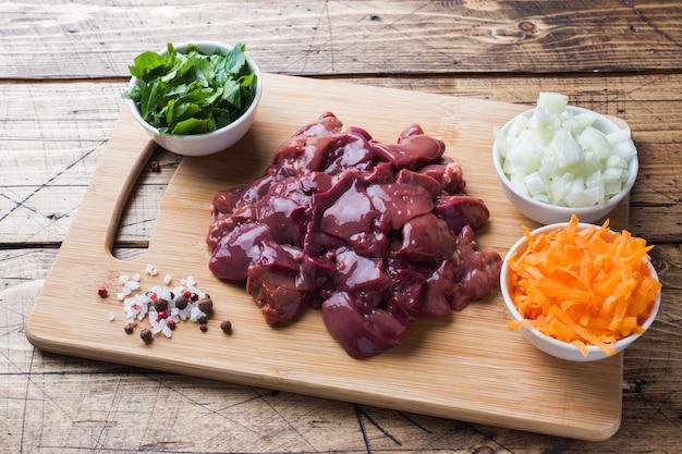 Rohe hühnerleber zum kochen mit gemüse. Premium Fotos