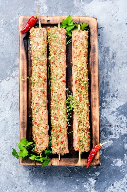 Rohe kebabs in spieße Premium Fotos