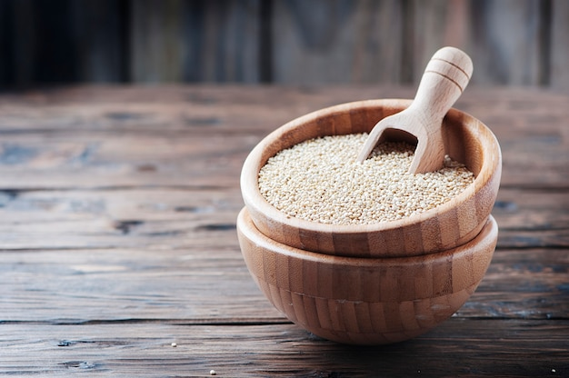 Rohe quinoa auf dem holztisch Premium Fotos
