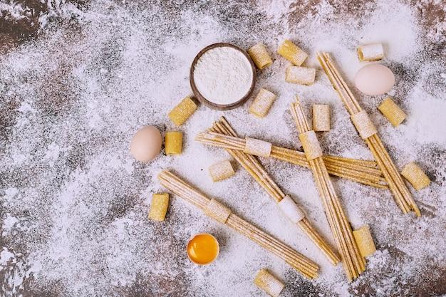 Rohe spaghetti über der holzoberfläche. Kostenlose Fotos