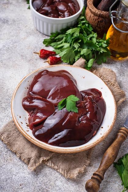 Rohe ungekochte leber und gewürze zum kochen Premium Fotos