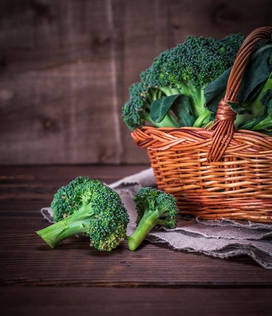 Roher brokkoli in einem braunen weidenkorb Premium Fotos