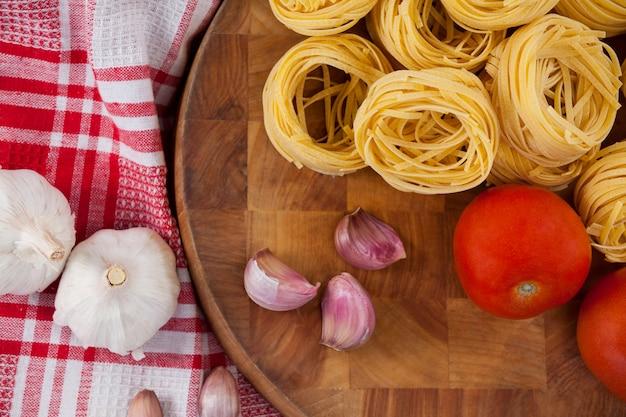 Roher fettuccine mit knoblauch, zwiebeln und serviettentuch Premium Fotos