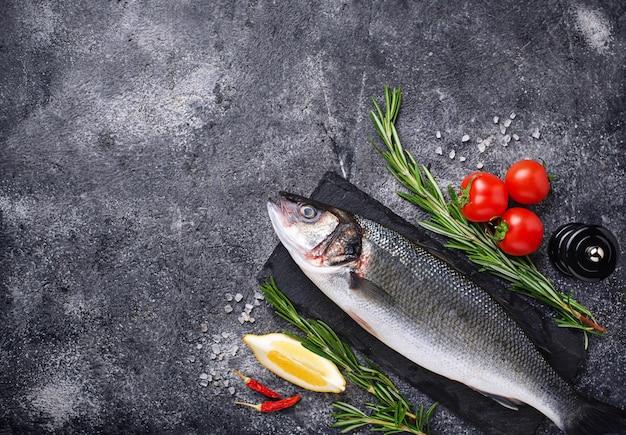 Roher fischseebarsch mit gewürzen Premium Fotos