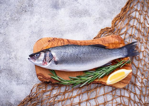 Roher fischseebarsch mit zitrone und rosmarin Premium Fotos