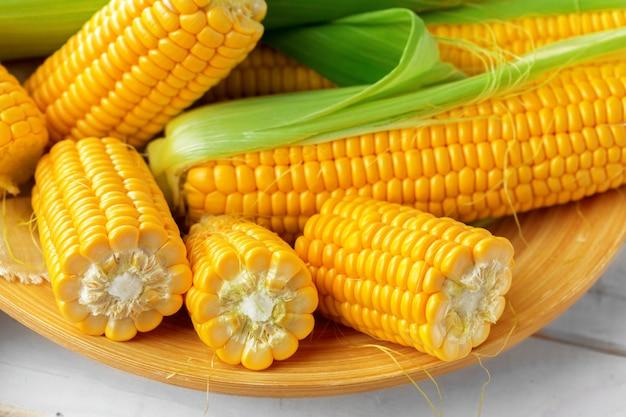 Roher mais auf einem holztisch Premium Fotos