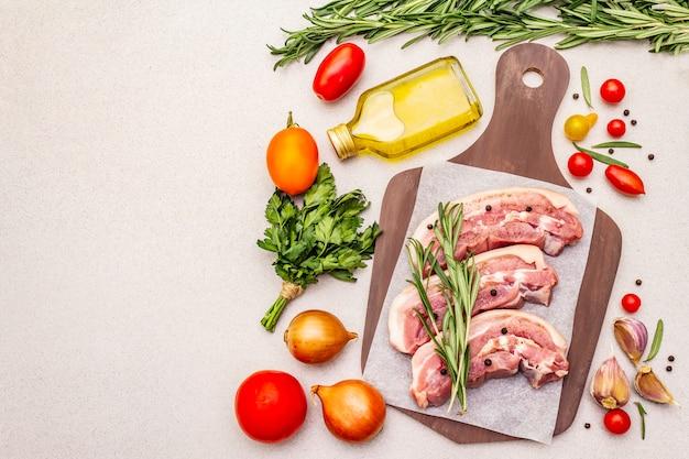 Roher schweinebauch mit rinde, peritoneumfleisch Premium Fotos