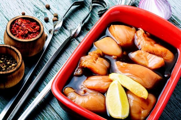 Roher würziger hühnerschaschlik Premium Fotos