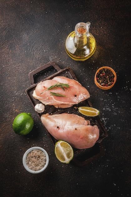 Rohes fleisch, fertig zum grillen oder grillen hähnchenbrustfilet Premium Fotos