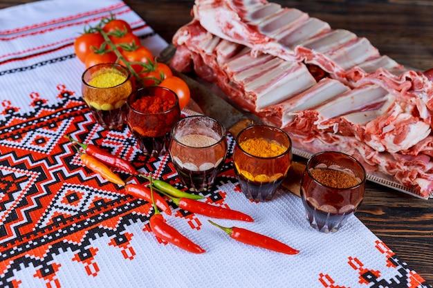 Rohes fleisch, hammelfleisch, mit frischen kräutern mariniertes lamm Premium Fotos