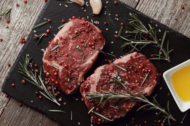 Rohes fleisch mit kräutern und gewürzen Kostenlose Fotos
