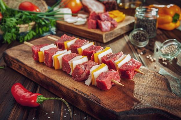 Rohes fleisch mit zutaten kleben Premium Fotos